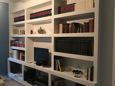 Βιβλιοθήκη -ραφιέρα  σε οικία στα Πατήσια.