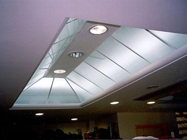 πυραμοειδής φάτνωμα οροφής με τζάμι σε κατάστημα στoν Πειραιά