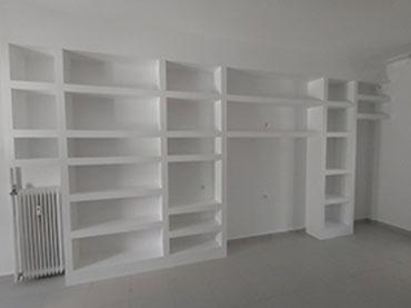 Βιβλιοθήκη με γυψοσανίδα σε οικία στο Γαλάτσι.