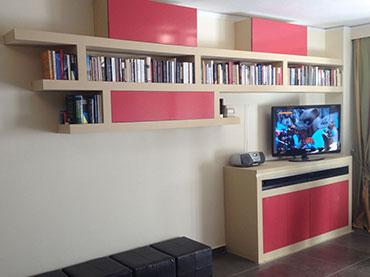 Έπιπλο τηλεόρασης και ραφιερά σε οικία στην Αγία Παρασκευή.
