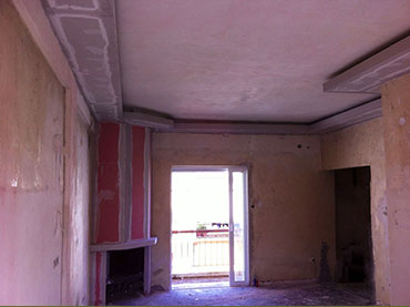 Οροφή με κρυφό φωτισμό και τζάκι σε οικία στην Γλυφαδα
