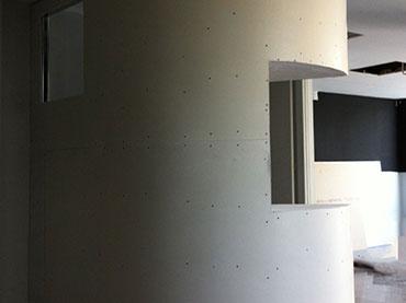 Κουρμπαρυστο τοιχιο με εσοχη σε καταστημα στην Λ.Αμφιθεας