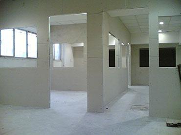 Χωρίσματα με παράθυρα και πόρτες στην Καλλιθέα
