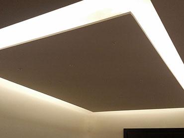Οροφή με κρυφό φωτισμό που αιωρείται σε οικία στο Περιστέρι .