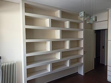 Βιβλιοθήκη σε οικία στην Καλογρέζα.