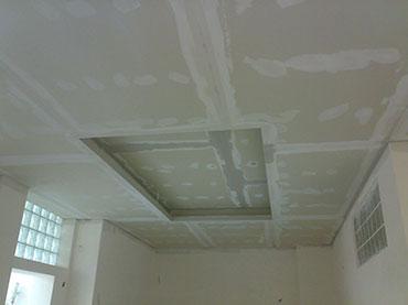 οροφή με εσοχή και κρυφό φωτισμό