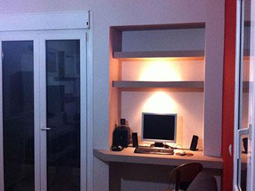 Γραφείο και ραφάκια σε εσοχή σε οικία στην Ηλιουπολη