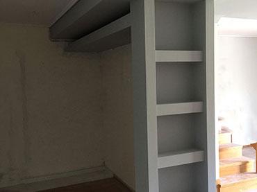 Πλάτη ψυγείου με εσοχή ραφάκια σε οικία στα Μελίσσια.