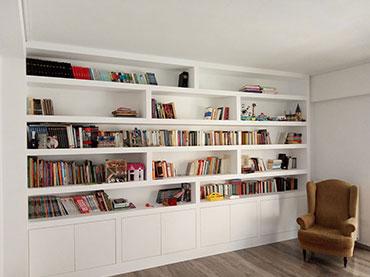 Βιβλιοθήκη με πορτάκια στο κάτω μέρος σε οικία στο Περιστέρι.