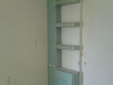 Κολώνα και ραφια σε wc σε οικια στους Θρακομακεδονες