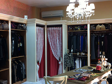 Οροφή και χωρίσματα σε  μαγαζί με ρούχα στο Μενίδι.