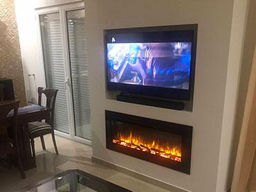 Τζάκι αιθανόλης με εσοχή τηλεόρασης σε οικία στην Ηλιούπολη.
