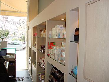 ράφια από γυψοσανίδα σε μαγαζί στην Ηλιουπολη