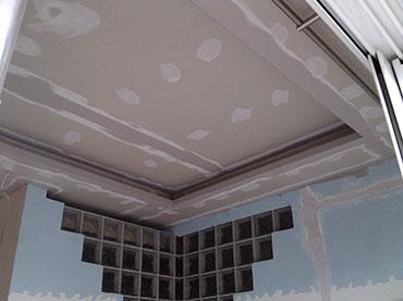 οροφή με κρυφό φωτισμό σε οικία στο περιστέρι.