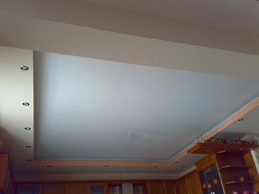 Κουτελα κρυφού φωτισμού πάνω από κουζινα σε οικία στο Μοσχατο
