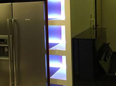 Κατασκευή bar με φωτισμό  στην πλάτη τού ψυγείου.