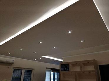 Οροφή με περιμετρικό κρυφό φωτισμό σε οικία στο Αιγάλεω.