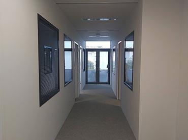 Κατασκευή τοιχίων με γυψοσανίδα μαζί με  παράθυρα και πόρτες σε γραφεία εταιρείας στην Βούλα.