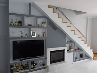 Σύνθεση  ραφιέρας σε τζάκι κάτω από σκάλα σε οικία στα Κιούρκα.