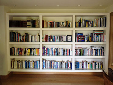 Βιβλιοθήκη με γυψοσανίδα σε οικία στην Εκάλη.